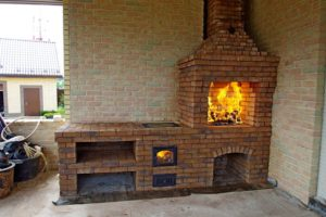 Барбекю с казаном, из кирпича ручной формовки на открытой веранде дома